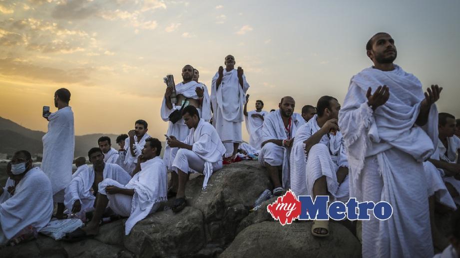 JEMAAH haji berdoa di Arafah. FOTO EPA