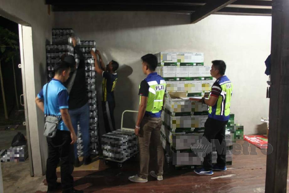 ANGGOTA PPM melakukan pemeriksaan terhadap minuman keras yang ditemui dalam serbuan semalam. FOTO ihsan PPM