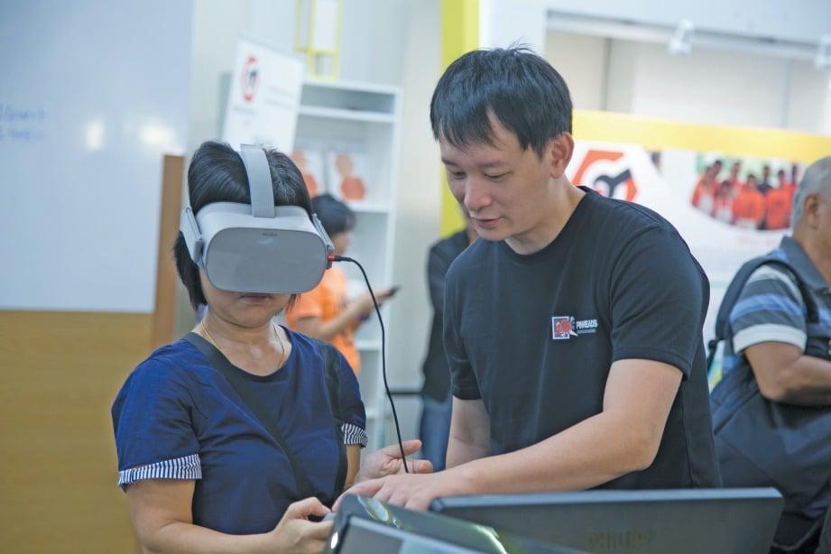 PELAJAR cuba menggunakan perkakas Realiti Maya atau 'Virtual Reality' untuk merasai sendiri pengalaman baharu.