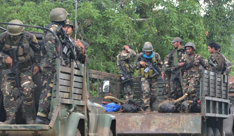 Tentera Filipina membawa mayat anggota Abu Sayyaf yang terbunuh. - Foto AFP/Fail