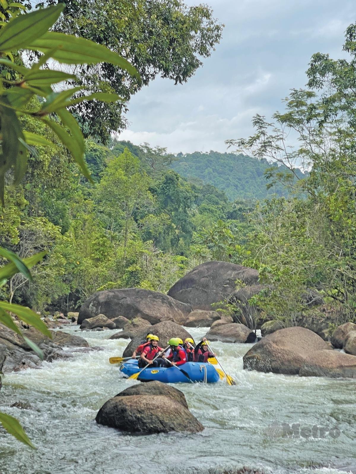 LALUAN sungai berbatu antara cabaran dilalui peserta.