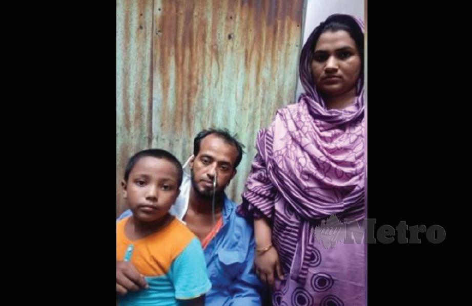 Sikdar bersama isteri dan anaknya.