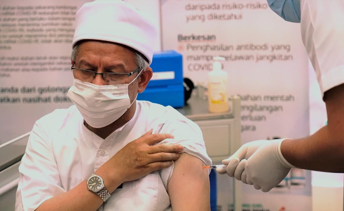 DR ZULKIFLI ketika menerima suntikan vaksin Covid-19, Pfizer-BioNTech di Pusat Pemberian Vaksin Covid-19 Pejabat Kesihatan Daerah Presint 11, Putrajaya. FOTO IHSAN JAKIM