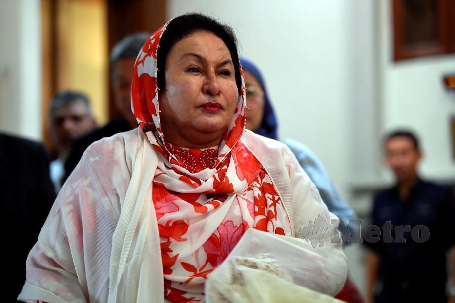 KUALA LUMPUR, 17 Feb -- Isteri bekas Perdana Menteri Datin Seri Rosmah Mansor hadir di Kompleks Mahkamah Kuala Lumpur hari ini.Rosmah, 68, berdepan tuduhan meminta RM187.5 juta dan dua pertuduhan menerima suapan sebanyak RM6.5 juta daripada Pengarah Urusan Jepak Saidi Abang Samsudin menerusi bekas pembantu Rosmah iaitu Datuk Rizal Mansor.Ia sebagai dorongan untuk membantu Jepak mendapatkan projek mendapatkan Projek Bersepadu Sistem Solar Photovoltaic (PV) Hibrid serta Penyelenggaraan dan Operasi Penjana/Diesel bagi 369 sekolah luar bandar Sarawak bernilai RM1.25 bilion secara rundingan terus daripada Kementerian Pendidikan.--fotoBERNAMA (2020) HAK CIPTA TERPELIHARA