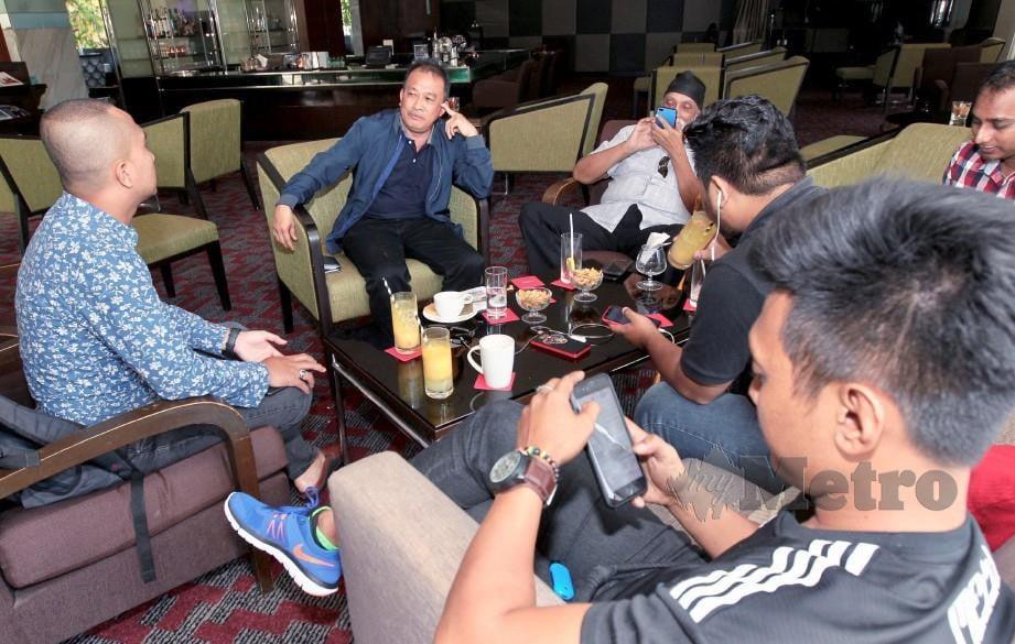 POSA Majais (dua dari kiri) mengadakan sidang media mengenai ahli-ahli gabungan MFL tidak puas hati terhadap tindakan Liga Bolasepak Malaysia potong 50 peratus geran tahunan kepada tujuh pasukan di Hotel Park Royal. -Foto AMIRUDIN SAHIB.