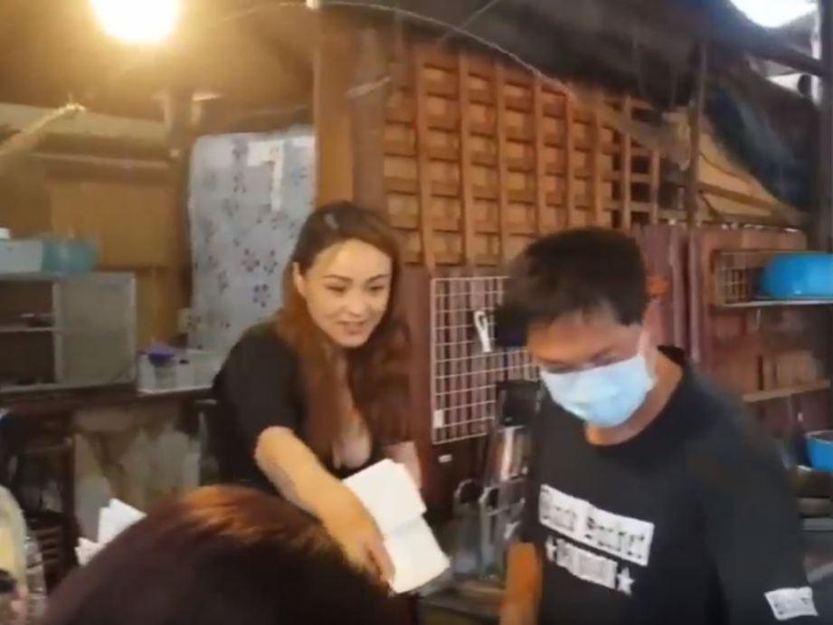 model jelita curi pelanggan di kedai barbeku harian metro