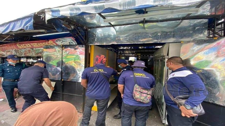 ANGGOTA penguat kuasa DBKL melakukan pemeriksaan terhadap premis diusahakan peniaga warga asing di Wangsa Maju, Kuala Lumpur. FOTO ihsan DBKL