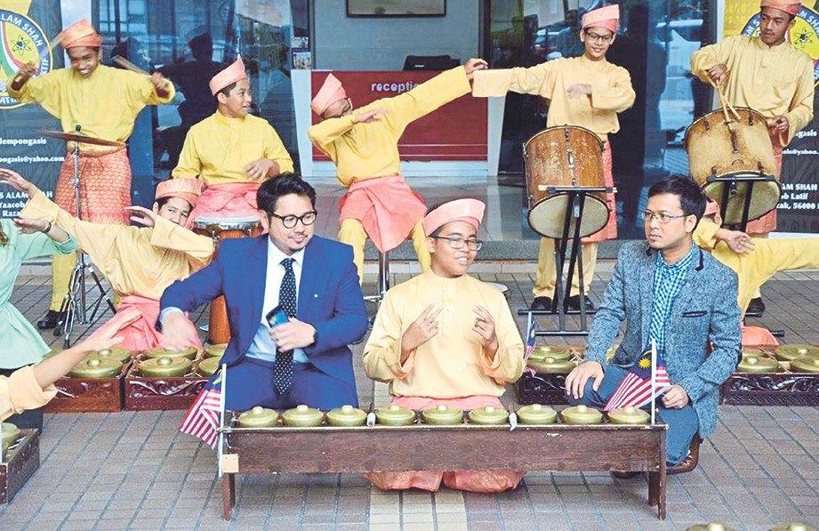 PASUKAN sekolah ketika melakukan persembahan di Sri Pentas.