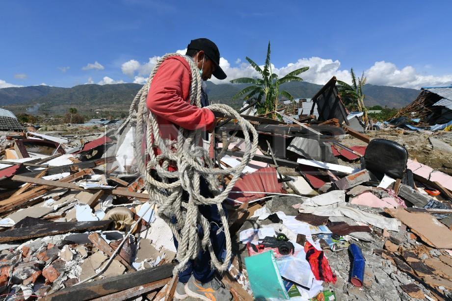 ANTARA sukarelawan yang terlibat dengan misi mencari. -Foto AFP
