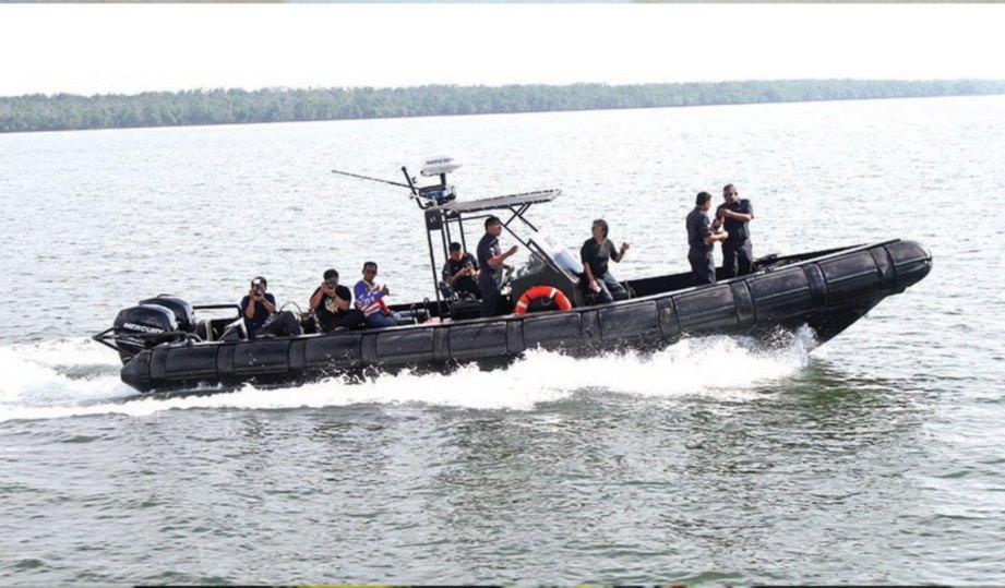 BOT laju mengiringi kapal (KPD) Setia.