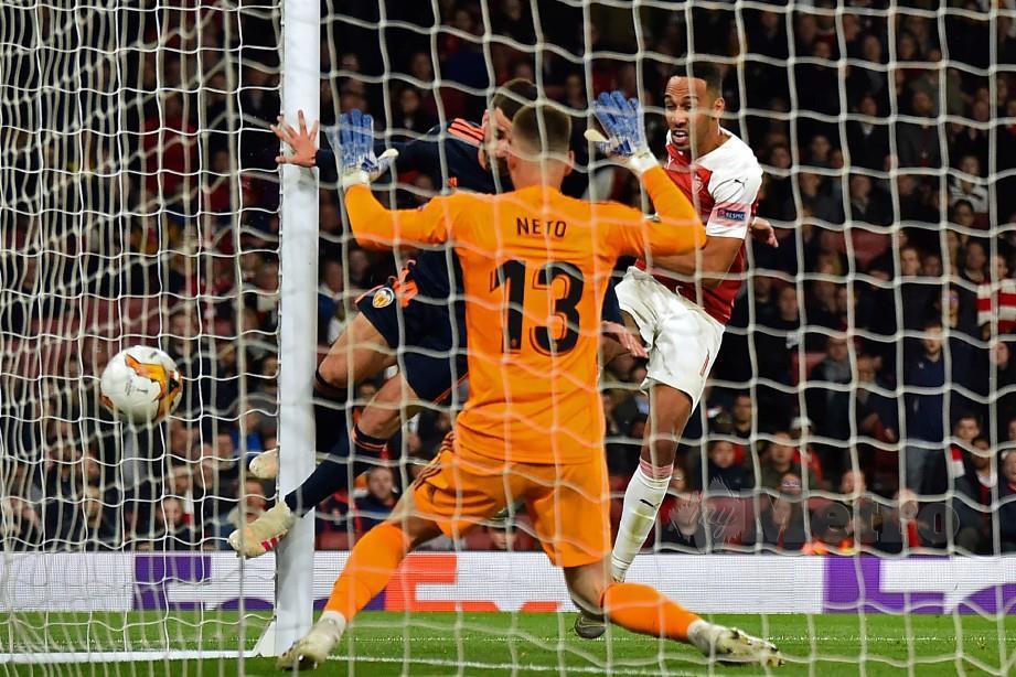 AUBAMEYANG (kanan) mengatasi Neto bagi gol ketiga Arsenal di Emirates. — FOTO AFP
