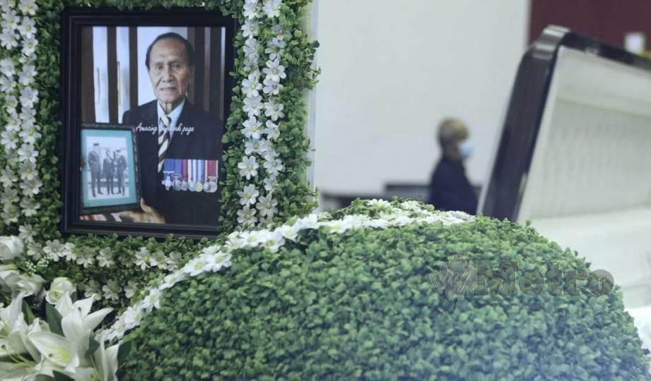 PENGHORMATAN terakhir kepada mendiang pahlawan negara, Awang Anak Raweng di Dewan Suarah, Kuching. FOTO Nadim Bokhari