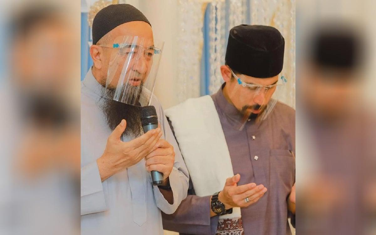 Ustaz Azhar Idrus (kiri) bersama Ustaz Don di majlis tahnik anak kedua Siti Nurhaliza dan Datuk K, baru-baru ini.
