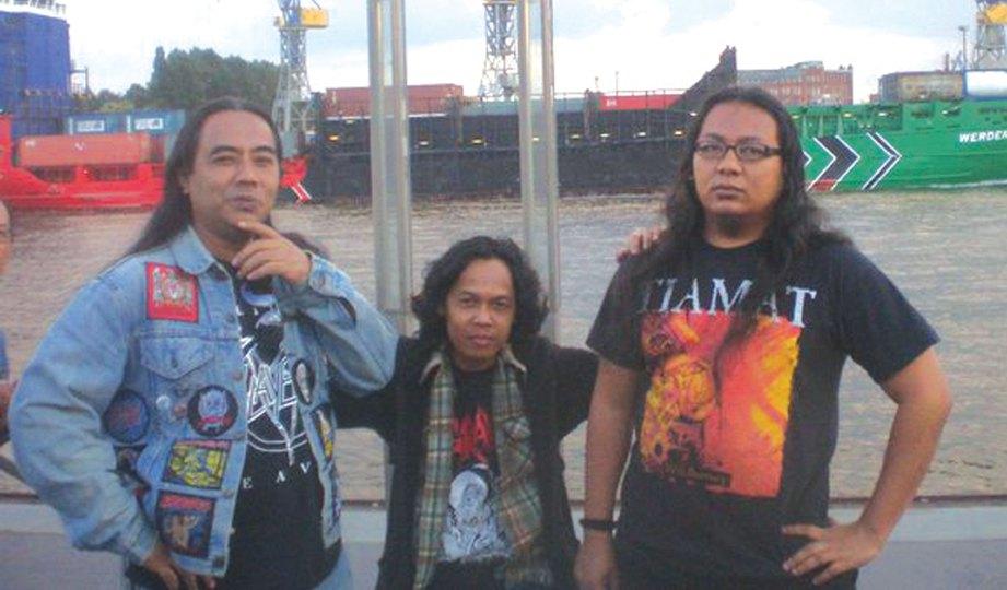 AZIZ (tengah) bersama dua rakannya ketika di Hamburg, Jerman.