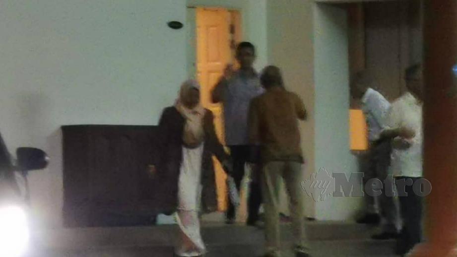 Mohamed Azmin bersama Zuraida di kediamannya di Presint 10 malam tadi. FOTO Petah Wazzan Iskandar