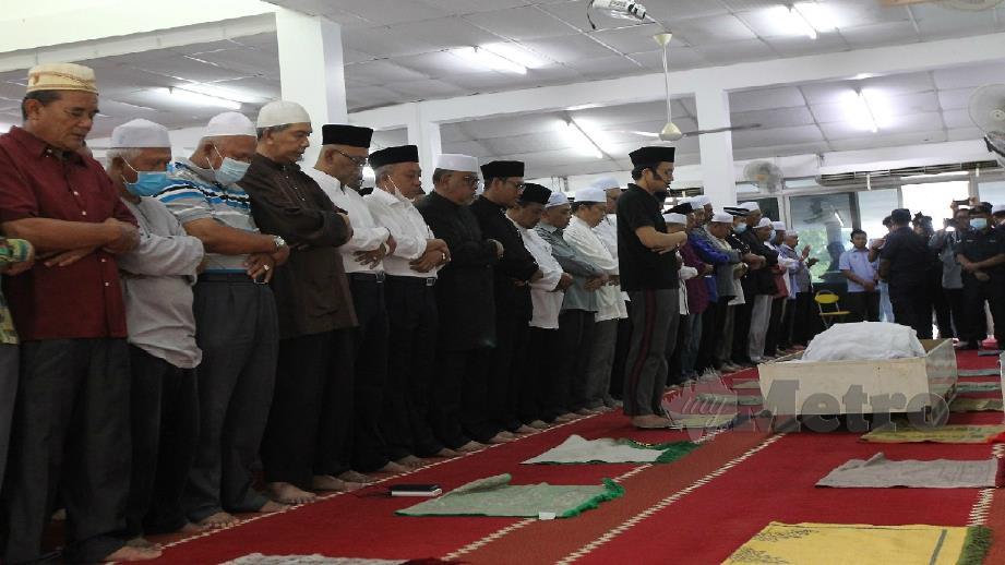 Ahmad Faizal antara yang hadir solat jenazah Mohd Khusairi di Masjid Ar-Masjid Rahmaniah FELDA Sungai Behrang di Slim River hari ini. Foto Sharul Hafiz Zam
