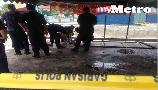 Anggota polis melakukan siasatan di tempat kejadian dan menguruskan mayat bayi ditemui untuk dibawa ke hospital. FOTO Muhammad Mikail Ong