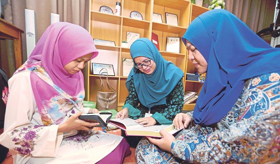 MENYEMAK bacaan al-Quran ketika tadarus selain menggilap ilmu turut memupuk sikap kerjasama antara kakitangan.