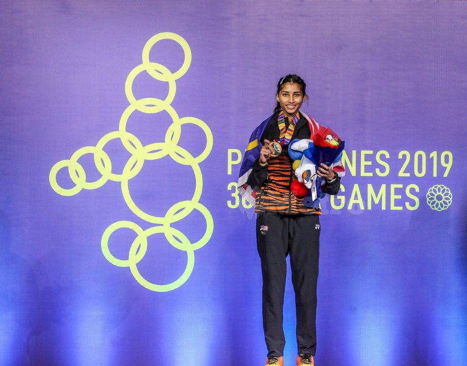 PEMAIN perseorangan wanita Malaysia, S Kisona menang pingat emas acara indidvidu wanita badminton Sukan SEA Filipina 2019 di Komplek Sukan Muntilupa. FOTO OSMAN ADNAN