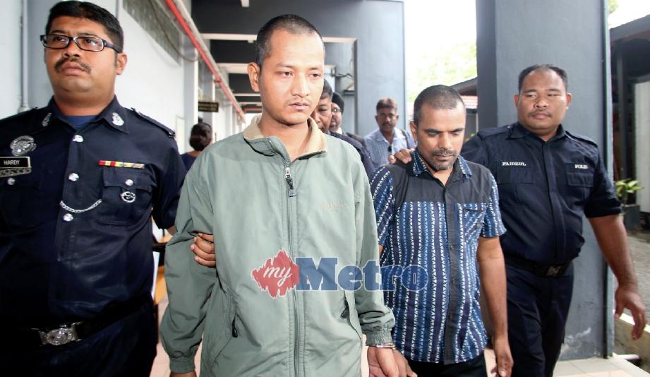 CHAUDHARY Satya (dua dari kiri) dan Das Kanhaiya (dua kanan) dijatuhi hukuman penjara sebulan dan denda RM10,000 di Mahkamah Sesyen Ipoh, hari ini selepas mengaku salah memberi suapan RM150 kepada seorang anggota polis, Julai lalu. FOTO L Manimaran.