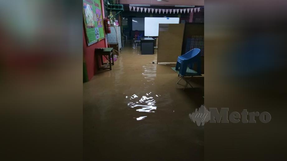 KEADAAN banjir di salah sebuah premis. FOTO Ihsan Pembaca