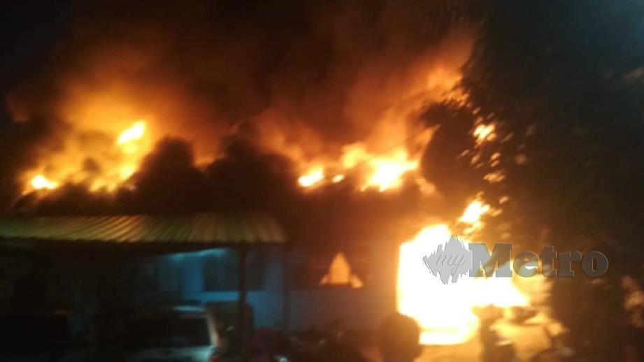 Lima rumah setinggan di Jalan Raja Muda Musa, Kampung Baru musnah dalam kebakaran. FOTO Ihsan JBPM
