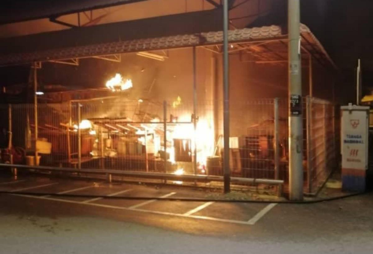 KEADAAN bahagian yang terbakar apabila api sedang marak dan memusnahkan empat gerai di Pasar Besar Port Dickson. FOTO IHSAN BOMBA