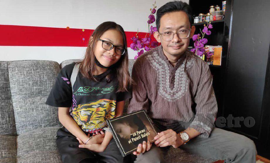 PUTERI Balqis bersama wartawan menunjukkan buku '38 Poems Of Puteri Balqis'. FOTO Yusmizal Dolah Aling