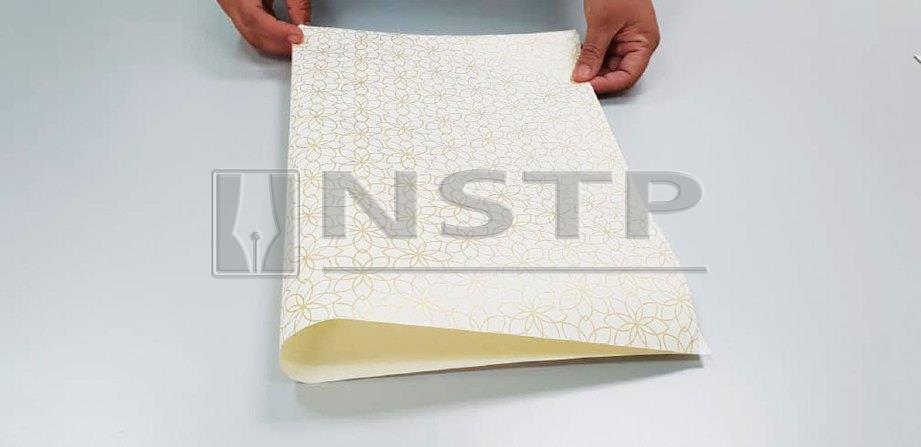 1. BAHAGIAN dalam kertas dibentangkan dan dilipat sama besar di kedua-dua bahagian sebagai penanda.