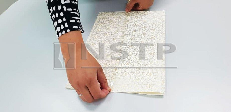 3. KEMUDIAN tampal pita pelekat di sepanjang lipatan.