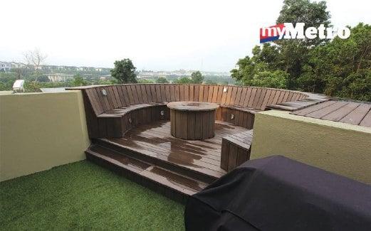 DEK atau pelantar kayu pula dipasangkan pada balkoni tingkat satu selain menempatkan set kerusi dan meja taman.