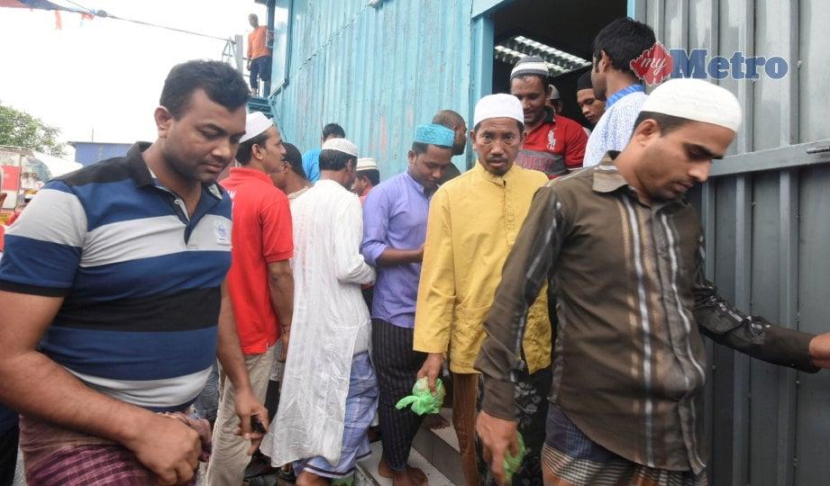 ANTARA warga Bangladesh yang menunaikan solat Jumaat di surau yang dibina di Jalan Sungai Pinang, Pelabuhan Klang. FOTO Mohd Asri Saifuddin Mamat