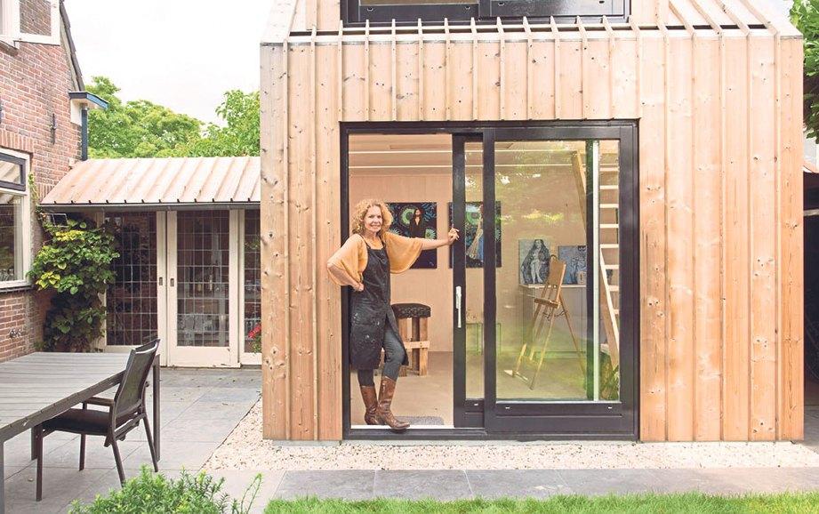 PENGGUNAAN kayu pada dinding membuatkan ia tampak serasi dengan latar taman.