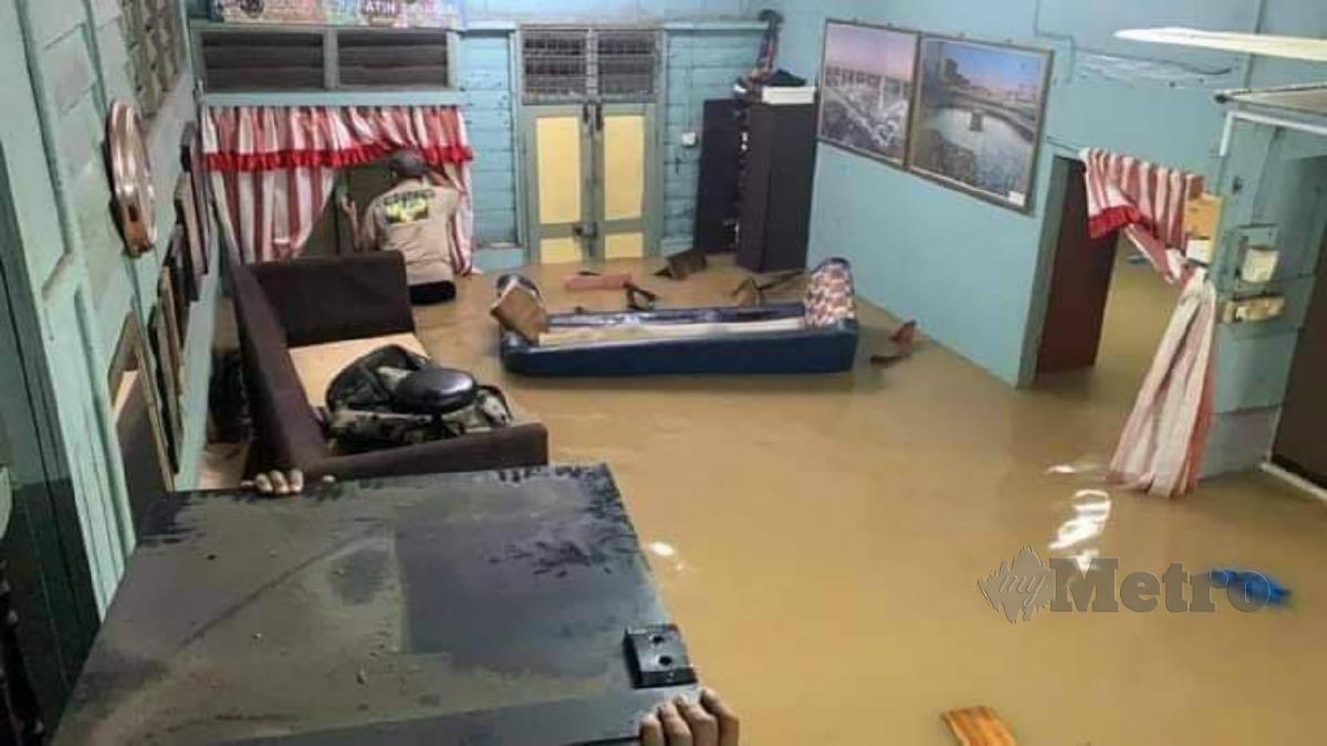 KEADAAN rumah yang dinaiki air akibat banjir kilat di Seremban. Foto Ihsan Pembaca.