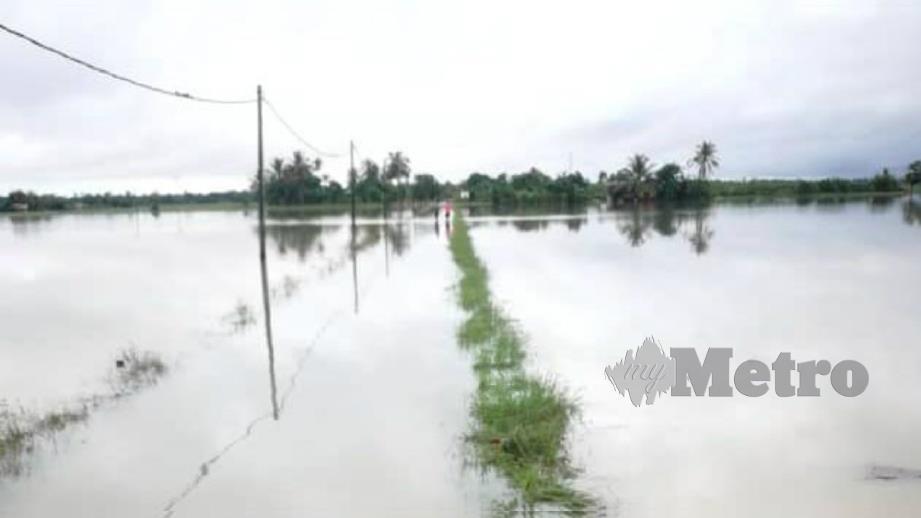 KEADAAN kawasan sekitar Kampung Setajam, Rompin, semalam yang dinaiki air banjir. FOTO Ihsan Bomba