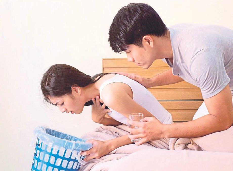 BANTU reda dan tenangkan isteri yang mengalami muntah serta loya.