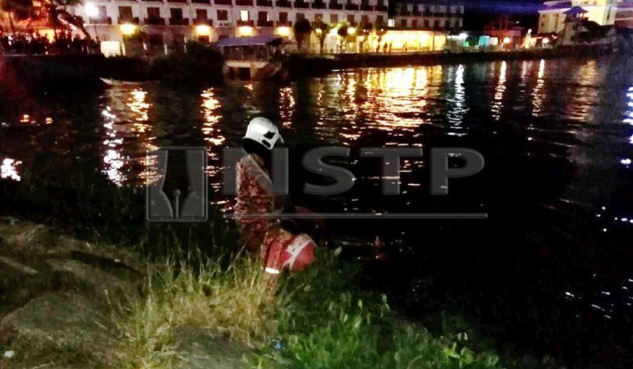 ANGGOTA bomba melancarkan operasi mencari Abdul Bari yang dikhuatiri lemas selepas menyelamatkan penumpang pikap yang terjunam ke dalam sungai di Pulau Warisan, Kuala Terengganu, malam tadi. FOTO Zaid Salim.
