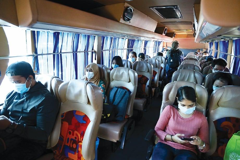 PENJARAKAN sosial di dalam bas diamalkan.