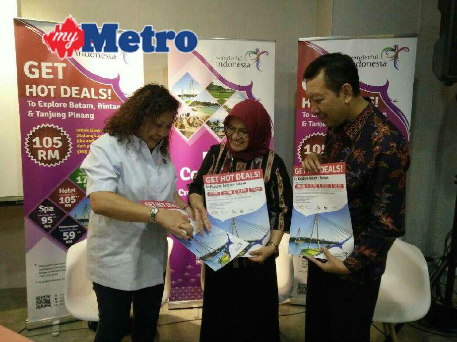 Kathryn menunjukkan iklan Promosi Rentas Sempadan Kementerian Pelancongan Indonesia kepada Rizki (tengah) dan Haris. FOTO Rudy Fazrunisyam Samarudin