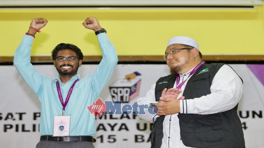Prabakaran (kiri ) selepas diisytiharkan sebagai pemenang kerusi Parlimen Batu. FOTO Nurul Syazana Rose Razman