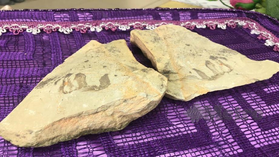 TULISAN pada batu seakan kalimah Allah SWT yang ditemui pekerja kontraktor di SMKA Jerlun. FOTO NOORAZURA ABDUL RAHMAN