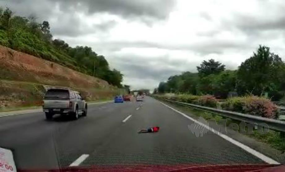 Mangsa tercampak ke lorong kanan lebuh raya selepas kemalangan membabitkan tiga kenderaan, semalam. FOTO daripada video tular.