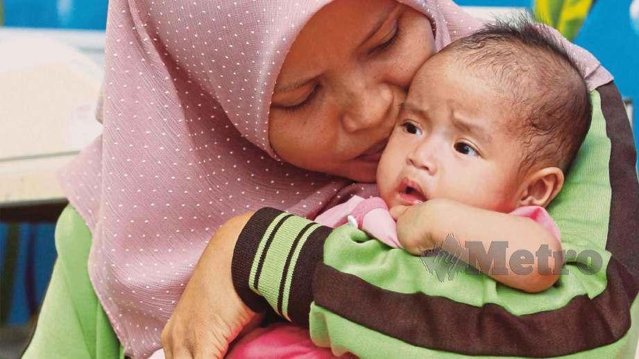 SHARINA Ezuein memangku Putri Nur Awlia Afiea. FOTO Mustaffa Kamal