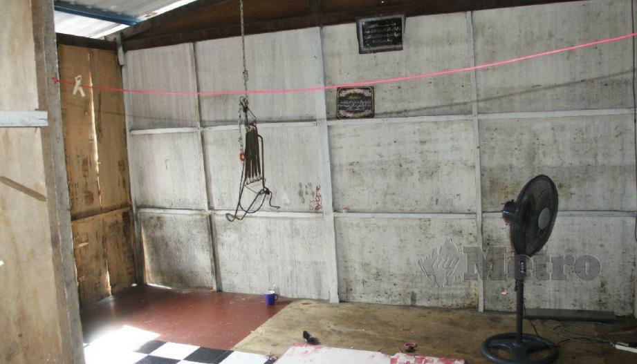 KEADAAN rumah uzur dan mangsa dipercayai terjatuh ke dalam air menerusi dinding yang rosak. FOTO ihsan polis.