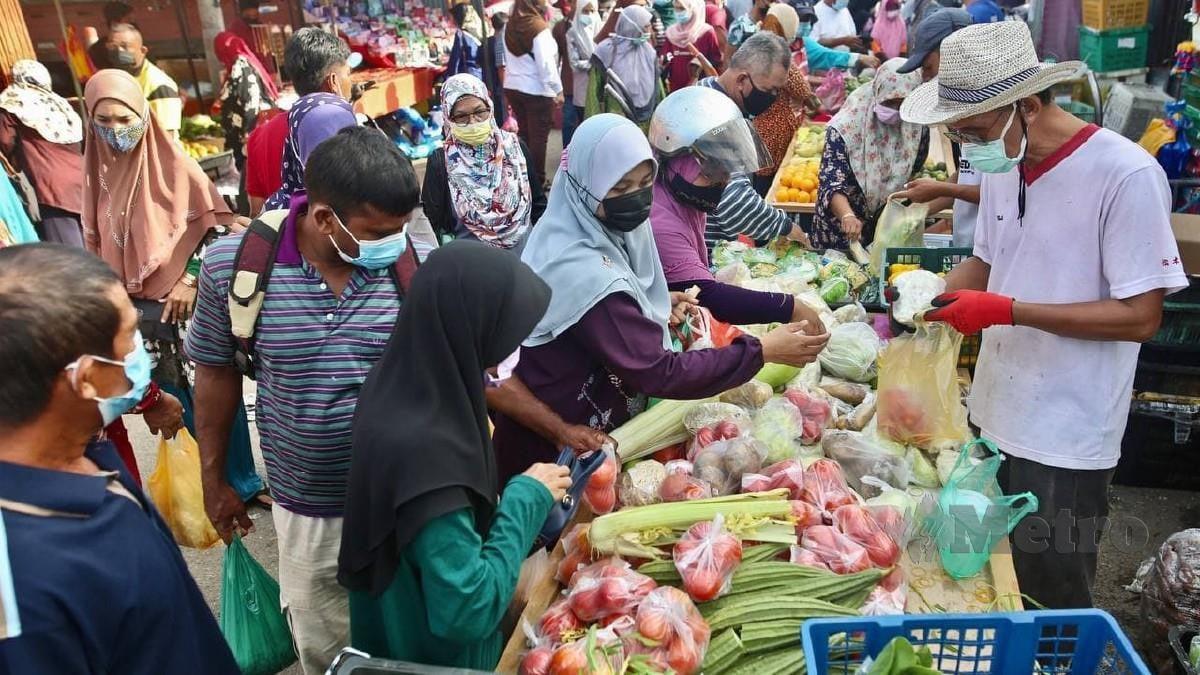 ORANG ramai membeli barang keperluan harian menjelang Ramadan di Pasar Borong Wakaf Mempelam, hari ini. FOTO GHAZALI KORI