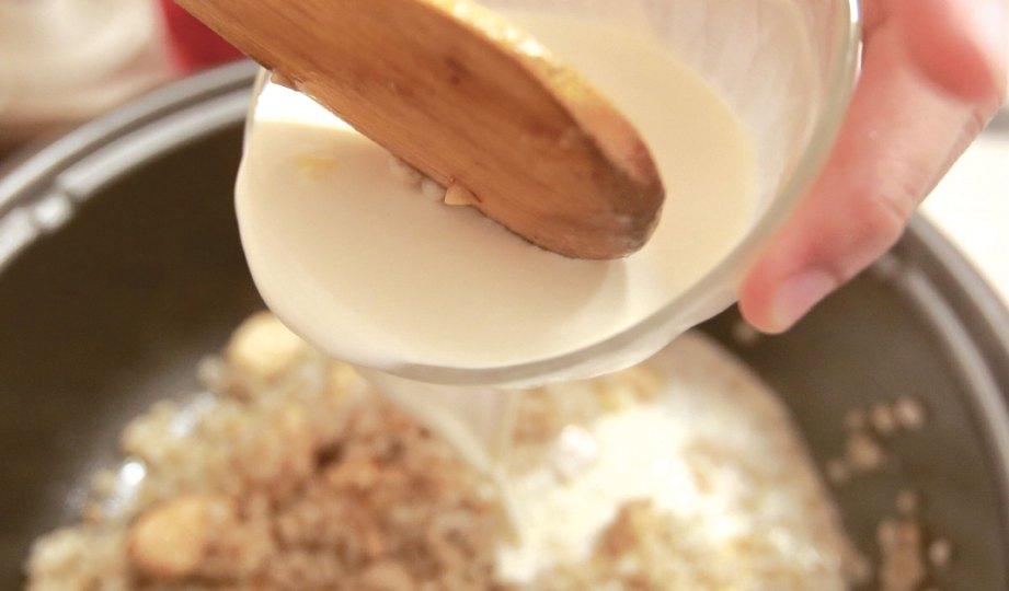 5. TAMBAHKAN susu segar dan kacau untuk mengelak melekat.