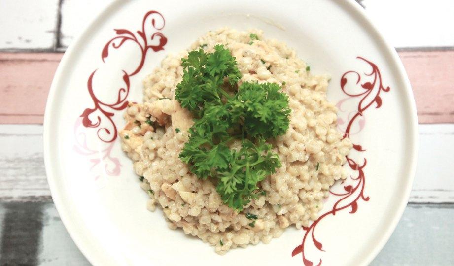 6. HIASKAN dengan daun parsli, garam secukup rasa dan lada hitam. Risotto barli sedia dihidangkan.