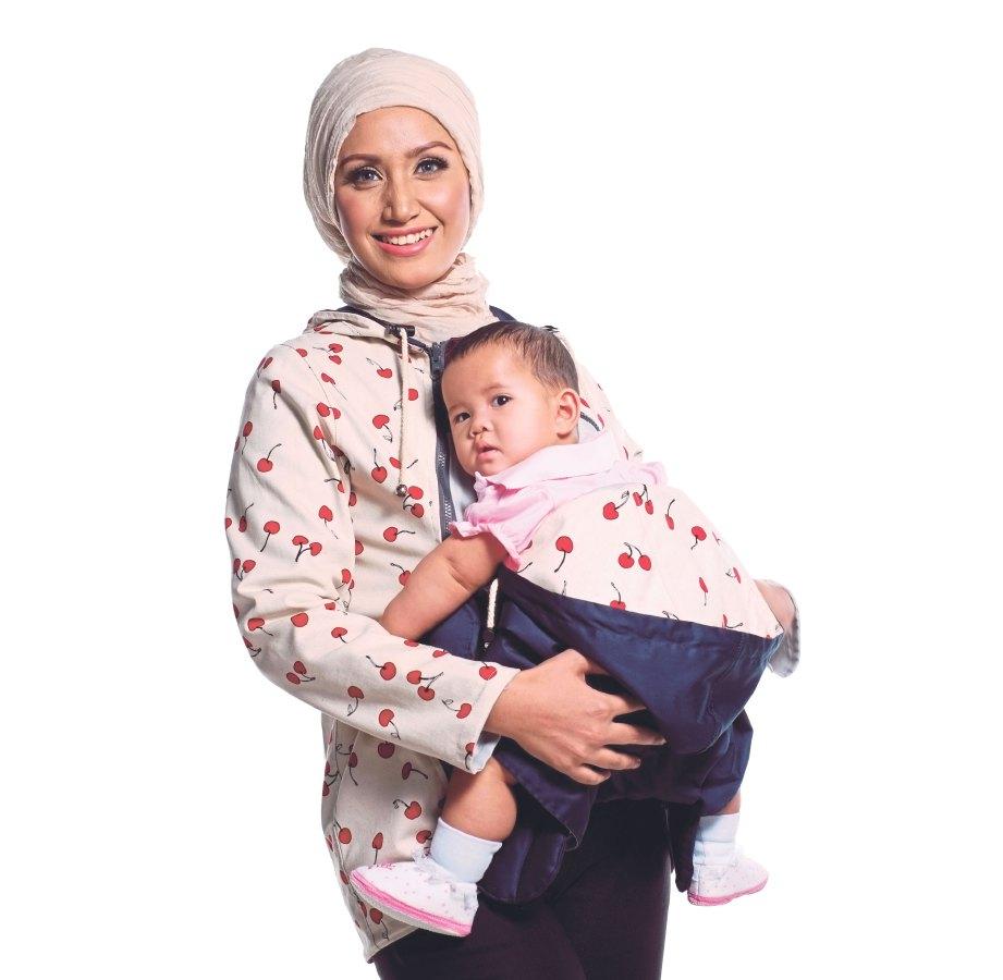 REKAAN jaket yang dilengkapi penggendong bayi.