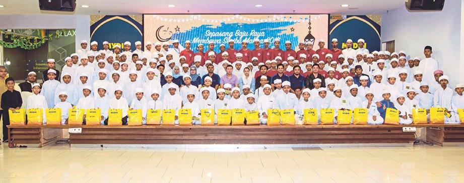 TENGKU Shaheera bergambar bersama kakitangan FOMEMA Sdn Bhd dan penerima sumbangan.