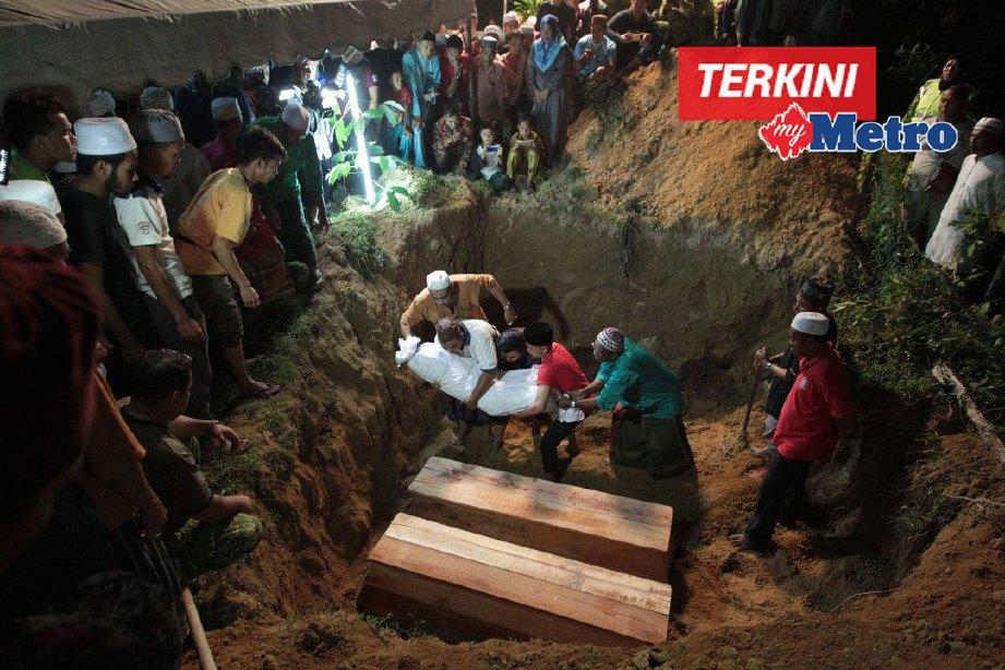 Pengebumian enam beranak di Tanah Perkuburan Islam Seberang Jelawat, Bachok dalam satu liang jam 3 pagi tadi. FOTO Syamsi Suhaimi